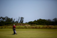 利用者の少ない五輪ゴルフ場で、1人でプレーする男性=ブラジル・リオデジャネイロで2017年2月17日午後3時19分、朴鐘珠撮影