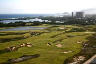 五輪ゴルフ場に隣接する建設中の高級マンションからの眺め=ブラジル・リオデジャネイロで2017年4月10日午後3時5分、朴鐘珠撮影