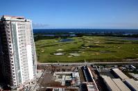 五輪ゴルフ場に隣接する建設中の高級マンション=ブラジル・リオデジャネイロで2017年4月10日午後2時42分、朴鐘珠撮影