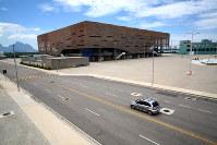 解体されて四つの学校に建て替えらえる計画が頓挫しているハンドボール会場=ブラジル・リオデジャネイロの五輪公園で2017年2月5日午前11時37分、朴鐘珠撮影