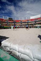 五輪テニス会場のセンターコートでビーチバレーボール大会が開催された際、コートは土のう2袋分の深さの砂で埋められた=ブラジル・リオデジャネイロで2017年2月5日午前10時31分、朴鐘珠撮影