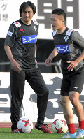 選手の練習を見守るロアッソ熊本の北嶋秀朗コーチ(左)=徳野仁子撮影
