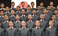 宝塚音楽学校の入学式で、記念撮影に臨む新入生たち=兵庫県宝塚市で2017年4月18日午前9時16分、平川義之撮影