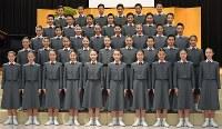 宝塚音楽学校の入学式で、記念撮影に臨む新入生たち=兵庫県宝塚市で2017年4月18日午前9時13分、平川義之撮影