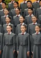 宝塚音楽学校の入学式で、記念撮影に臨む新入生たち=兵庫県宝塚市で2017年4月18日午前9時12分、平川義之撮影