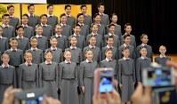 宝塚音楽学校の入学式で、記念撮影に臨む新入生=兵庫県宝塚市で2017年4月18日午前9時19分、平川義之撮影