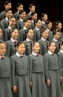 宝塚音楽学校の入学式で、記念撮影に臨む新入生=兵庫県宝塚市で2017年4月18日午前9時17分、平川義之撮影
