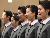 宝塚音楽学校の入学式で歌う新入生=兵庫県宝塚市で2017年4月18日午前10時36分、平川義之撮影