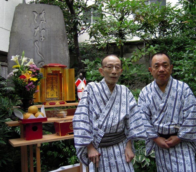 はなし塚の前で桂歌丸(左)と三遊亭小遊三=2015年8月31日、濱田元子撮影