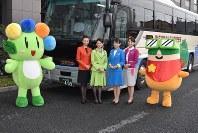 新たに圏央道経由になる高速バス「メープル号」の利用を呼びかける格安航空会社(LCC)関係者たち=太田市役所で