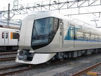 運行開始に先立ち、東武鉄道が車両基地で公開した新型特急「リバティ」の車両