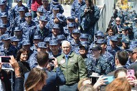 U.S. Vice President Mike Pence, center, poses for a snapshot with members of Japan's Maritime Self-Defense Force and others at the U.S. Navy's Yokosuka base in Yokosuka, Kanagawa Prefecture, on April 19, 2017. (Mainichi)