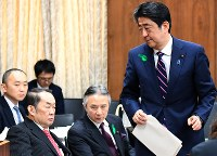 衆院法務委員会で答弁を終えて席に戻る安倍晋三首相。左は金田勝年法相=国会内で2017年4月19日午前9時45分、川田雅浩撮影