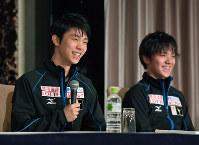 フィギュアスケート世界国別対抗戦を前に、記者会見で笑顔を見せる羽生結弦(左)と、宇野昌磨=東京都内のホテルで2017年4月19日午後6時49分、手塚耕一郎撮影