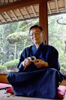 茶せん作りをする久保左文さん=奈良県生駒市の竹茗堂左文で、中津成美撮影