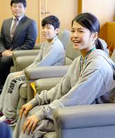 レスリングの全国大会で活躍した原田渚さん(右)と森日我さん(中央)=兵庫県川西市提供