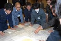 グループごとに協議しながら消毒ポイントを決める自治体職員ら=帯広市で