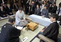 2011年に弘前市で開催された名人戦。手前右は羽生善治名人(当時)、奥は森内俊之九段(同)=竹内幹撮影