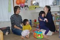 子どもたちや保護者とくつろぐ保育ママの土屋美紀子さん(左端)=東京都文京区で