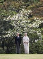 園遊会に臨まれる天皇、皇后両陛下=東京港区の赤坂御用地で2017年4月20日午後2時14分、小出洋平撮影