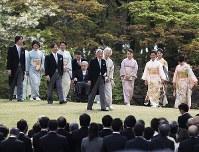 園遊会に臨まれる天皇、皇后両陛下と皇族方=東京港区の赤坂御用地で2017年4月20日午後2時18分、小出洋平撮影
