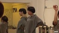 """<プロフィル>MIKIKO 1977年東京生まれ。三人姉妹の末っ子で2歳の時父の転勤で広島へ。モダンバレエやストリートなど多種多様なダンスの経験を元に、広島でダンスの先生としてキャリアをスタート。2006年2年間のNY留学を経て活躍の場を広げ、PerfumeやBABYMETALの振付・ライブ演出、2016年には、大ブームとなった""""恋ダンス""""の振付やリオ五輪・パラリンピック閉会式のフラッグハンドオーバーセレモニーの総合演出を手掛けるなどし、世界中から高い評価を得ている。ダンスカンパニー「ELEVENPLAY」主宰。Rhizomatiks Researchとのコラボレーションを多く行っており、新しいテクノロジーと身体表現の融合を追及している。「五感に響く作品作り」がモットーで愛称は「MIKIKO先生」。ディレクターいわく「立ち姿もコーヒーを飲む姿もとにかく上品で所作が美しい人」。39歳。"""