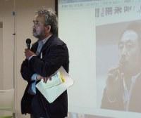 Journalist Toshikuni Doi speaks about missing colleague Junpei Yasuda during an April 15, 2017 meeting of the Association of Japanese Journalists Working In Dangerous Areas (Kikenchi hodo o kangaeru journalist no kai) in Tokyo's Bunkyo Ward. (Mainichi)