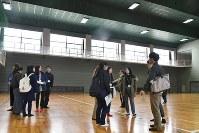 体育館を避難所として使う際のレイアウトを考える学生たち