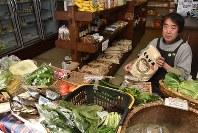 自然食品店で有機栽培の米や野菜を扱う藤川泰志さんは「食の安全保障が脅かされる」と話す=東京都調布市で
