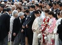 Emperor Akihito and Empress Michiko speak to Rio de Janeiro Olympics wrestling gold medalist Kaori Icho during the imperial garden party at the Akasaka Imperial Gardens in Tokyo's Minato Ward, on April 20, 2017. (Mainichi)