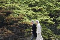 Emperor Akihito and Empress Michiko are seen at the Akasaka Imperial Gardens in Tokyo's Minato Ward, on April 20, 2017. (Mainichi)