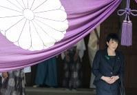 靖国神社参拝を終えた高市早苗総務相=東京都千代田区で2017年4月21日午後0時5分、宮武祐希撮影