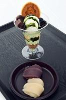 菓子博限定の「赤福餅」(手前)と「しんかパフェ」=三重県伊勢市で2017年4月20日、木葉健二撮影