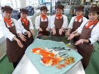 タイやハマグリなどを表現した工芸菓子を紹介する県立四日市農芸高校の生徒たち=三重県四日市市の同校で2017年4月13日、安藤富代撮影