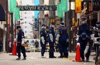 現金が奪われた現場付近を調べる警視庁の捜査員ら=東京都中央区で2017年4月21日午後3時17分、小川昌宏撮影