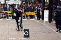 現金が奪われた現場付近を調べる警視庁の捜査員ら=東京都中央区で2017年4月21日午後3時14分、小川昌宏撮影