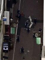 強盗事件があった現場周辺を調べる警視庁の捜査員=東京・銀座で2017年4月21日午後3時10分、本社ヘリから