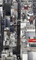 強盗事件があった東京・銀座の現場付近。画面中央がすずらん通り=2017年4月21日午後3時10分、本社ヘリから