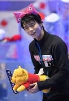 男子フリーの演技後、日本チームのメンバーに渡された猫耳をつけて観客に向かってお辞儀する羽生結弦=東京・国立代々木競技場で2017年4月21日、手塚耕一郎撮影