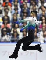 男子フリーの演技でジャンプに失敗し、思わず表情をゆがめる羽生結弦=東京・国立代々木競技場で2017年4月21日、手塚耕一郎撮影