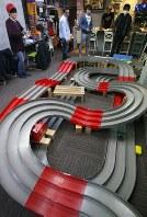 ミニ四駆のレースができるバーで楽しむ人たち=東京都杉並区で、佐々木順一撮影