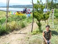 細かい網目の農業用ネットで囲われたサーキットでドローンを飛ばす森沢康男さん=甲府市下帯那町で、松本光樹撮影