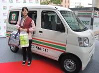 セブン-イレブンの商品の配送に使われる車両とスタッフ=東京都内で2017年4月21日午後4時39分、竹地広憲撮影