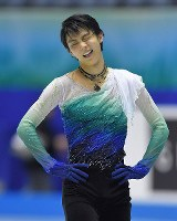 Figure skater Yuzuru Hanyu grimaces over his mistakes after finishing his International Team Trophy free skate program at Tokyo's Yoyogi National Stadium on April 21, 2017. (Mainichi)
