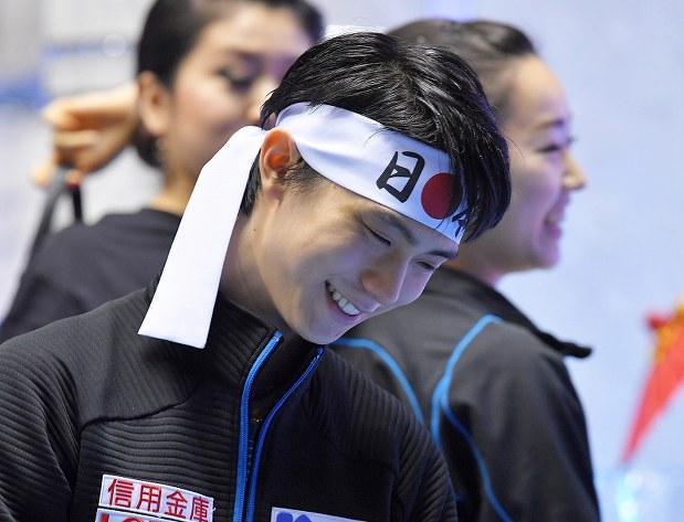 男子フリーの結果が出た後、苦笑いしながら引き上げる羽生結弦=東京・国立代々木競技場で2017年4月21日、手塚耕一郎撮影