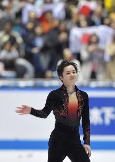 男子フリーの演技後、観客の声援に控えめに手を振る宇野昌磨=東京・国立代々木競技場で2017年4月21日、手塚耕一郎撮影