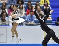 ペアのショートプログラムで演技する須藤澄玲、フランシス・ブドローオデ組=東京・国立代々木競技場で2017年4月21日、手塚耕一郎撮影