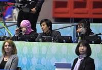 アイスダンスのフリー演技の前に、かぶり物で仮装してジャッジ席の後ろに座る関係者=東京・国立代々木競技場で2017年4月21日、手塚耕一郎撮影