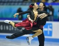 アイスダンスのフリーで演技する村元哉中、クリス・リード組=東京・国立代々木競技場で2017年4月21日、手塚耕一郎撮影