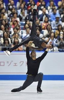 ペアのフリーを制したフランスのジェームズ、シプレ組の演技=東京・国立代々木競技場で2017年4月22日、手塚耕一郎撮影